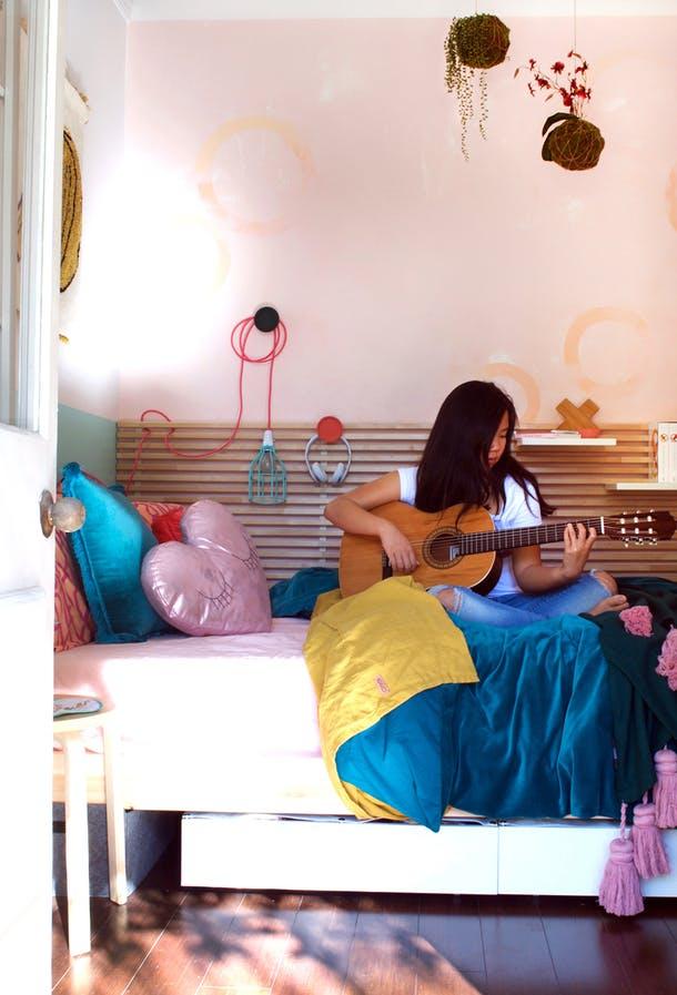 Кровать в маленькой спальне для девочки