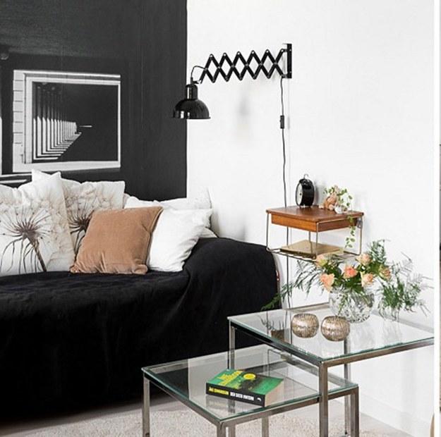 Чёрное бра на стене в гостинной
