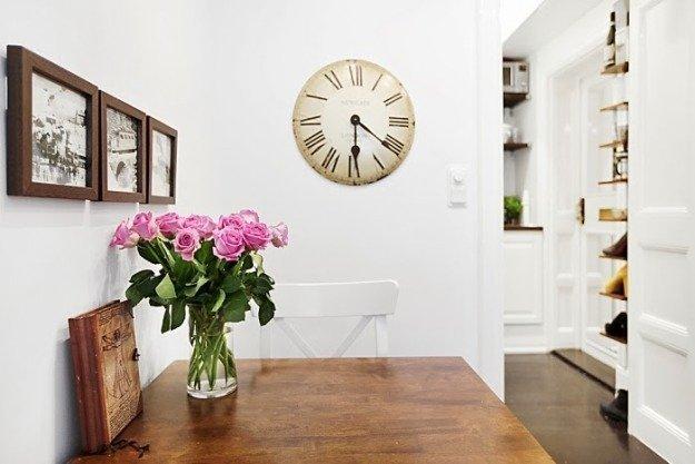 Букет роз на обеденном столе