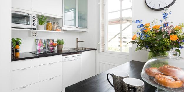 Кухня в белом цвете с чёрными акцентами