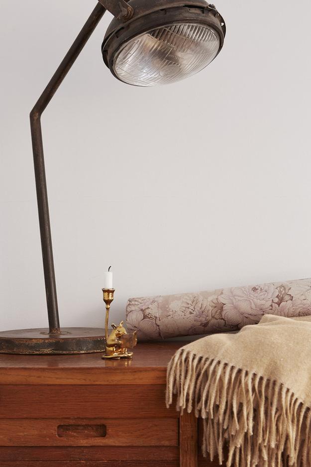 Настольная лампа на прикроватном столике