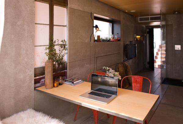 Обеденная зона маленькой студии в Барселоне