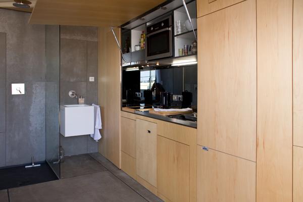 Кухня и уборная маленькой студии в Барселоне