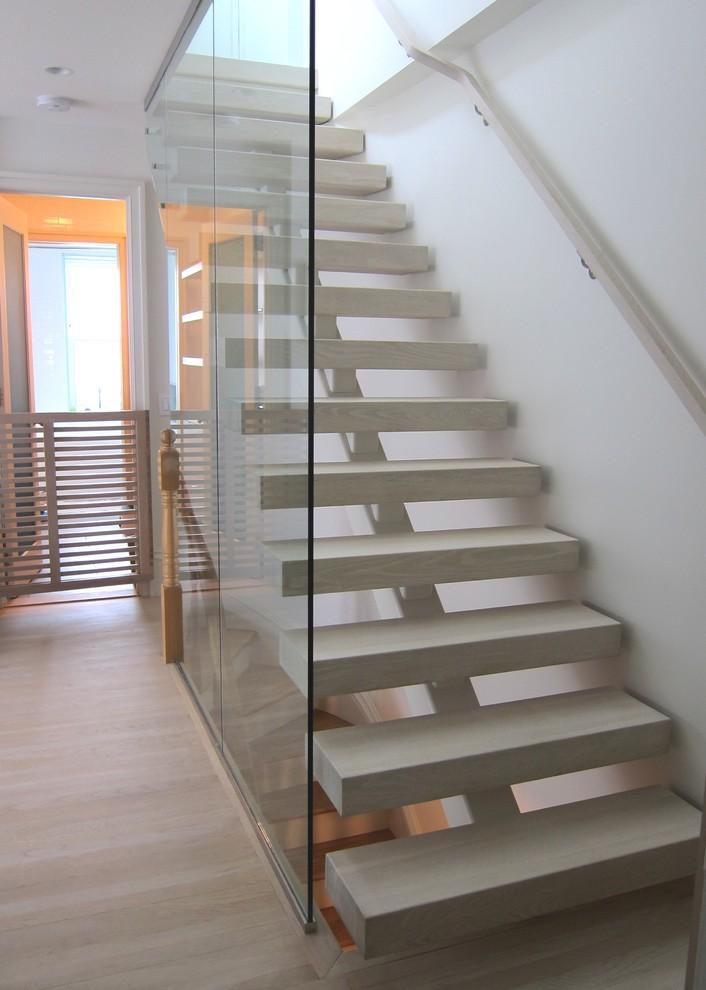 Белая лестница на второй уровень