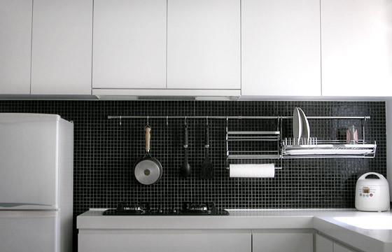 Металлическая конструкция с крючками для кухонной утвари