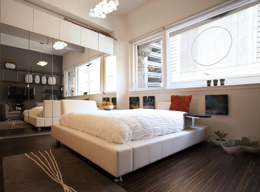 Большая кровать в квартире-студии