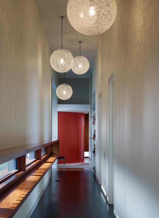 Широкий подоконник в коридоре