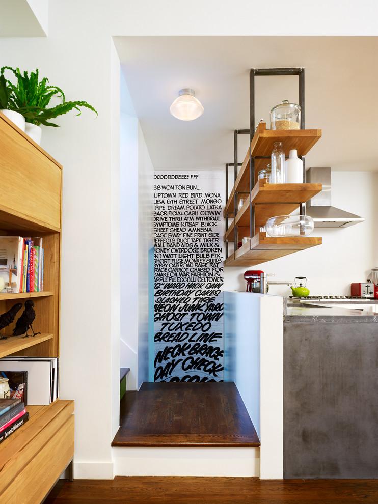 Полки под потолком в комфортабельных маленьких апартаментах