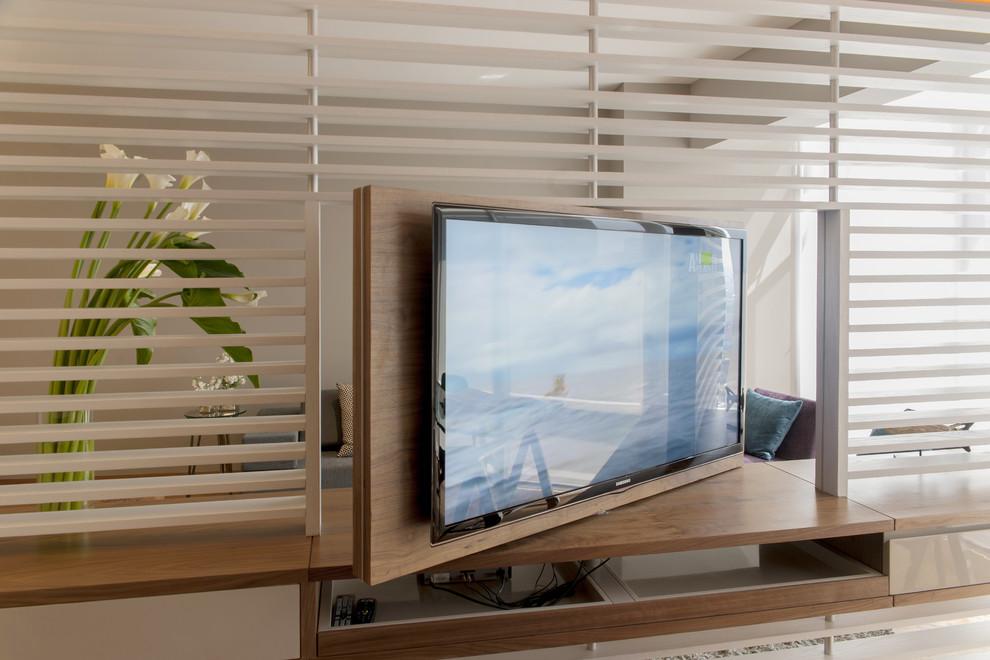 Телевизор с поворотным механизмом