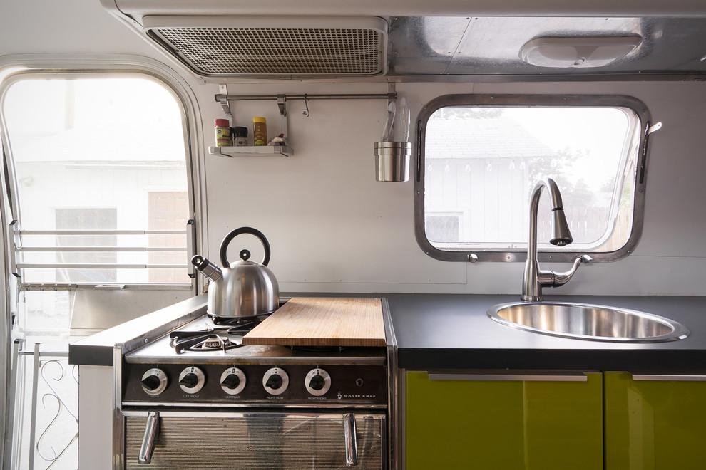 Интерьер кухни в вагончике