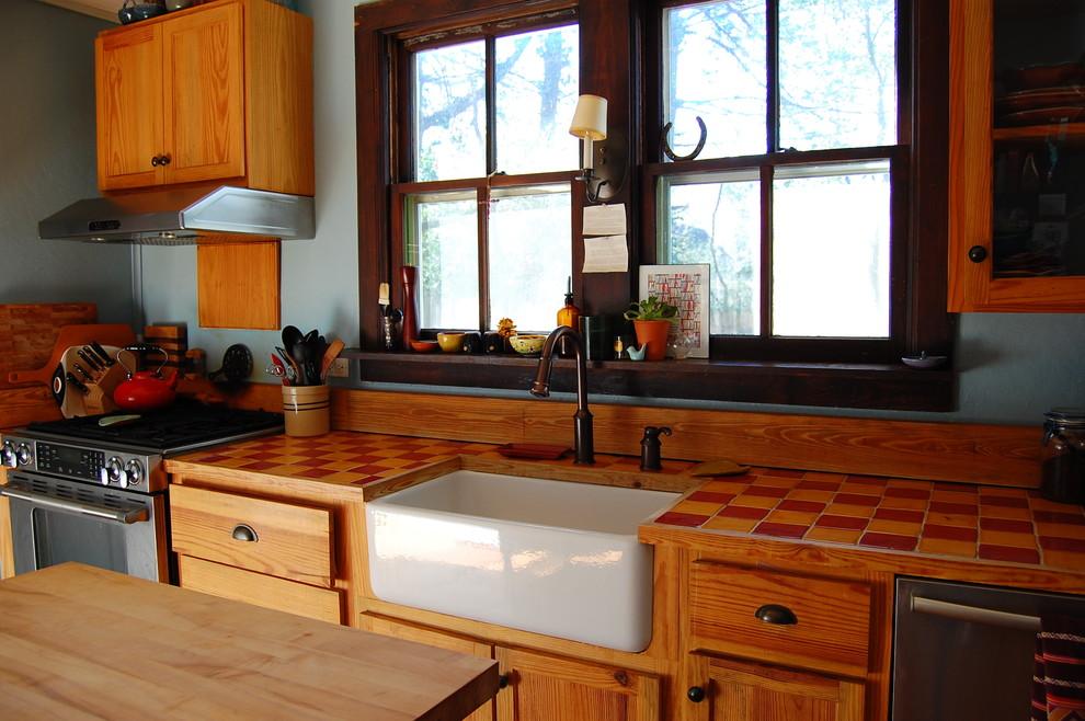 Деревянный мебельный гарнитур на кухне