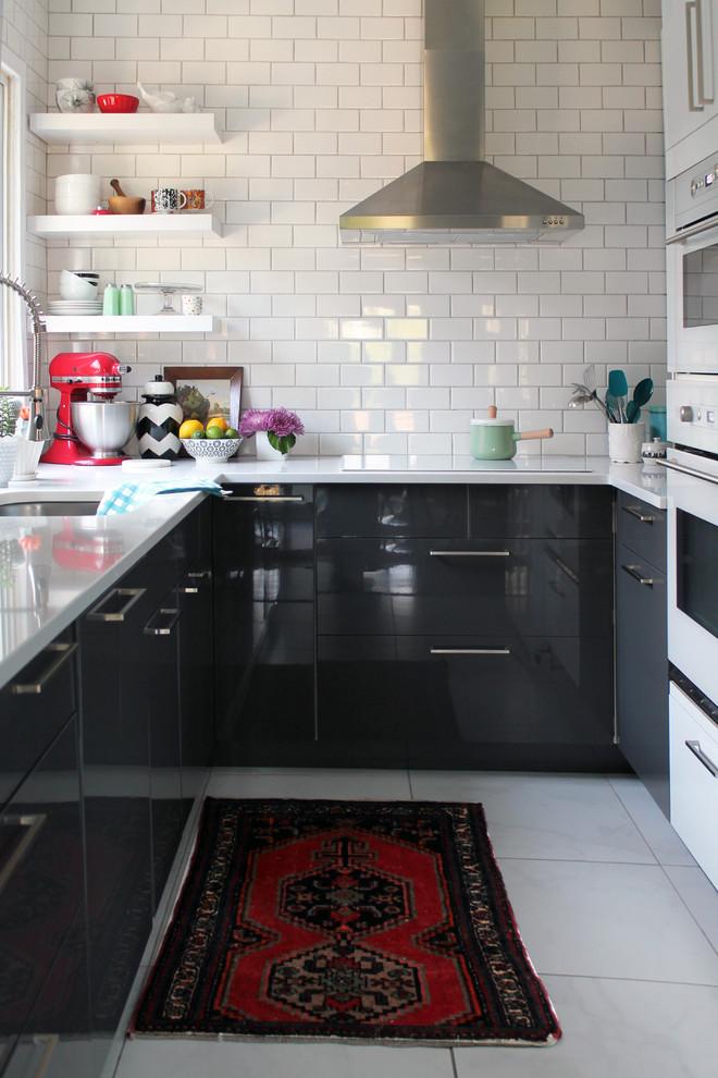 Угловая кухня в чёрно-белом исполнении