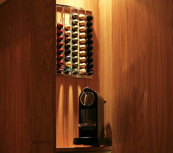 Декоративные элементы в отсеках шкафа