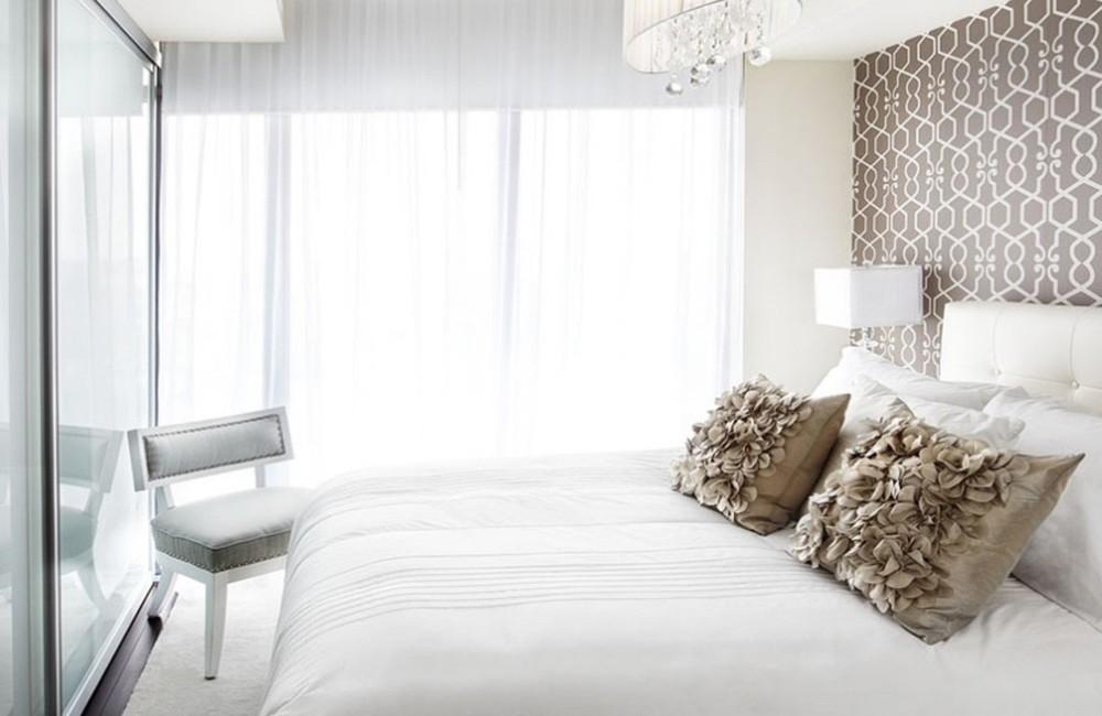Лёгкие шторы в светлой спальне