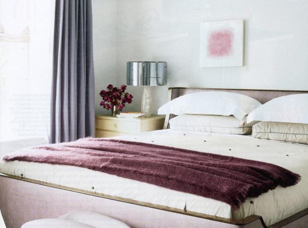 Оригинальная лампа у кровати