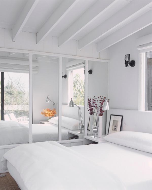 Зеркала на стене в спальне