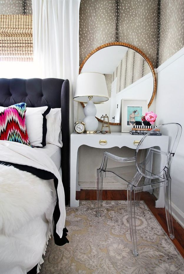 Прозрачный стул в спальне