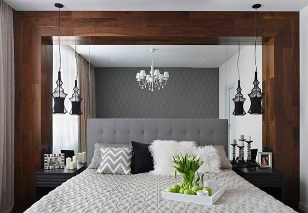 Большое зеркало за изголовьем кровати