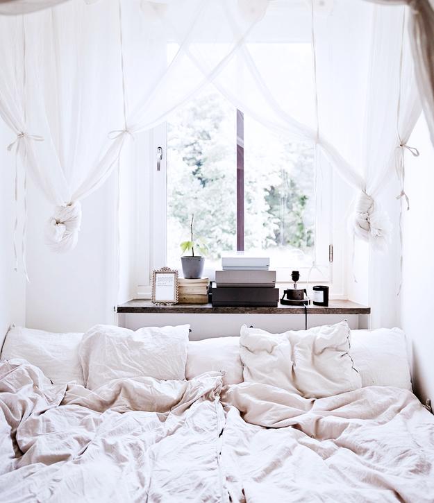 Лёгкие занавески за кроватью