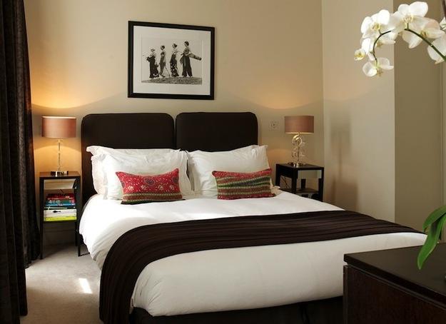 Высокие лампы у кровати