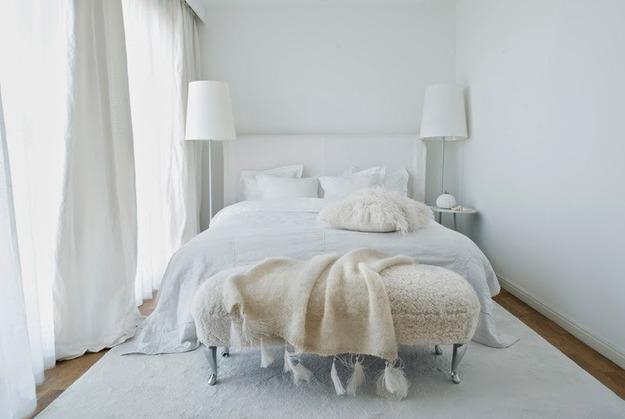 Белая спальня с панорамными окнами