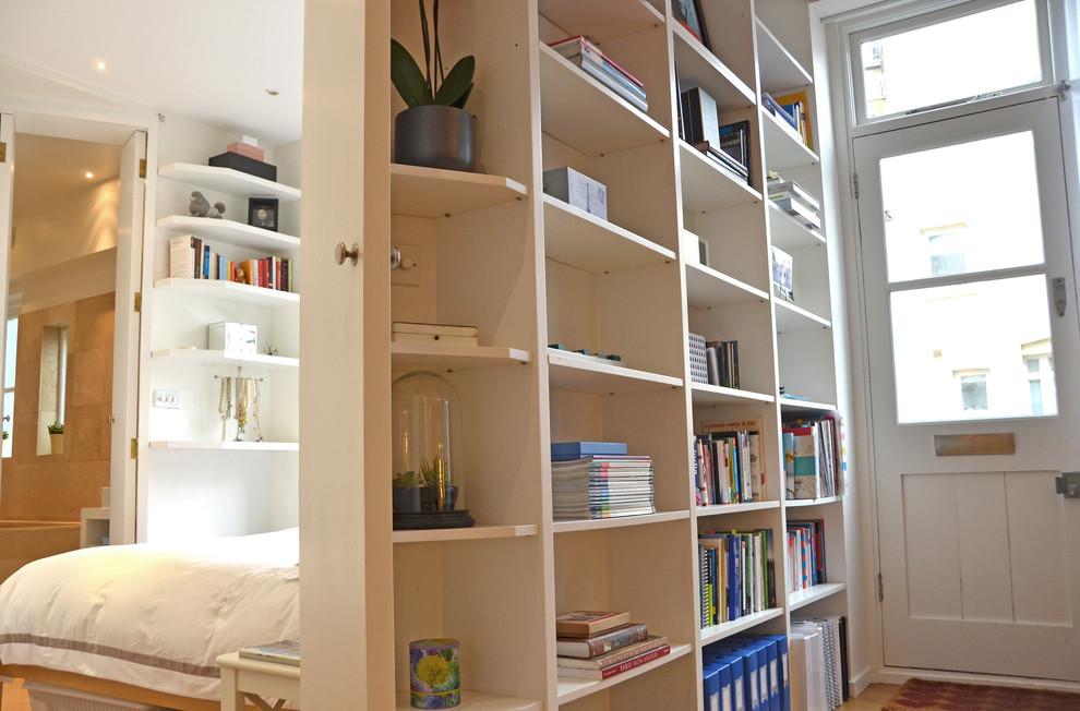 Стеллаж для книг в прихожей