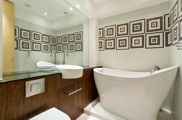 Мозаика с узором на стене в ванной