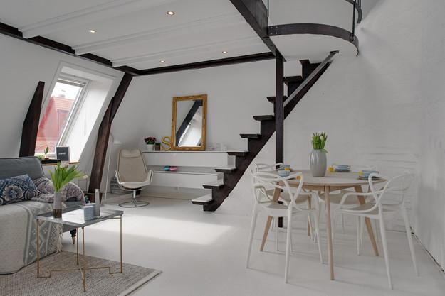 Столовая квартиры-студии на мансарде