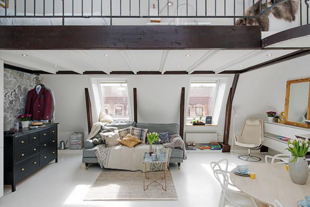 Гостиная квартиры-студии на мансарде