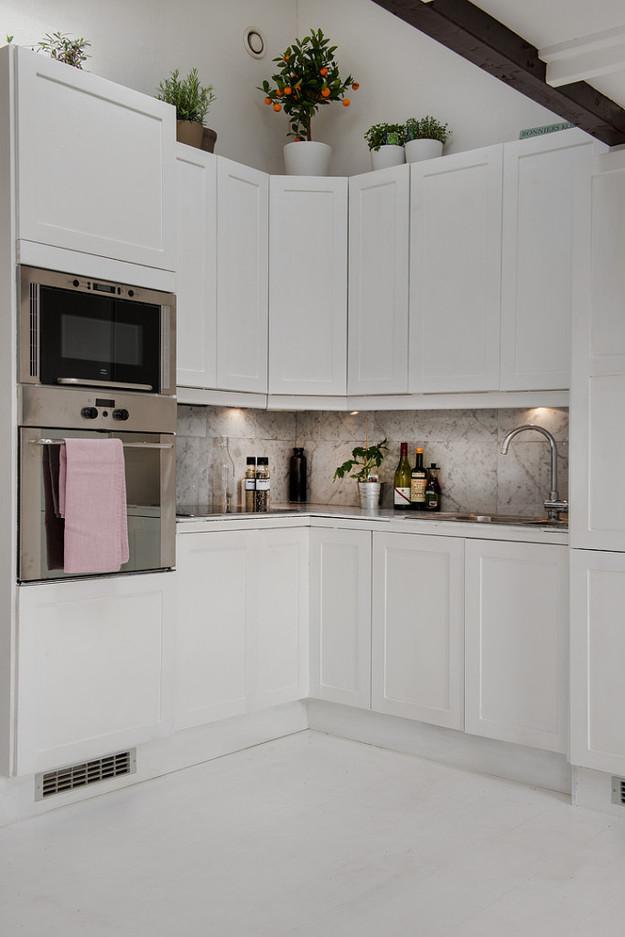 Кухня квартиры-студии на мансарде