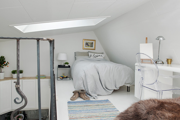 Спальня квартиры-студии на мансарде