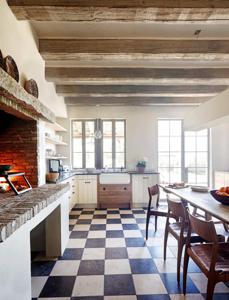Просторная кухня с обеденным столом