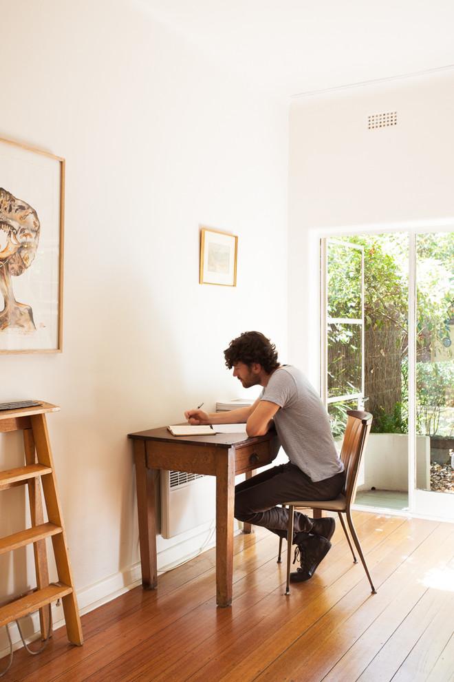 Винтажный письменный стол в кабинете
