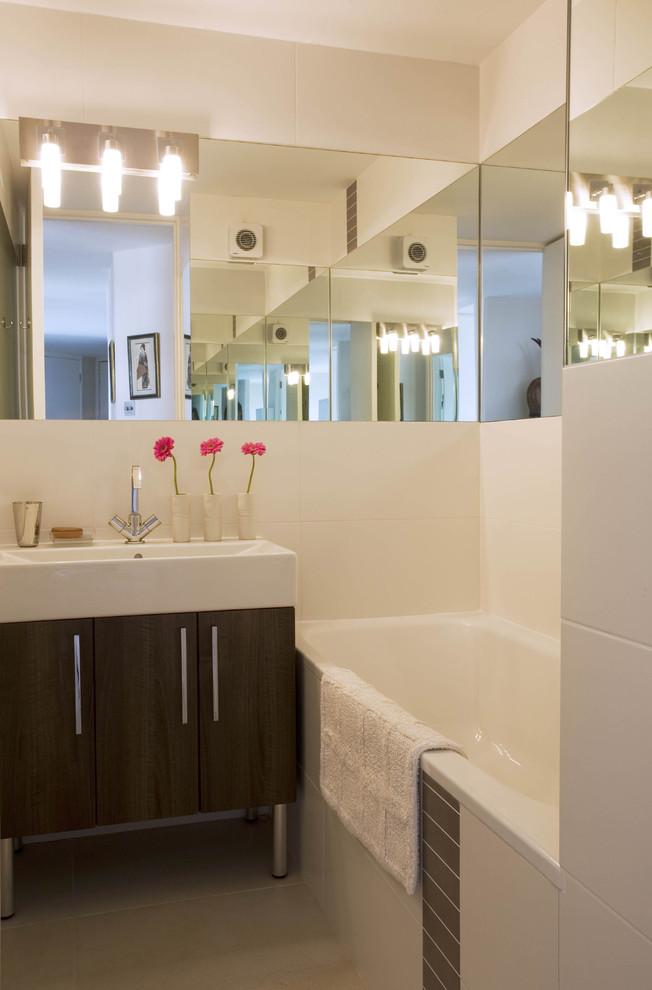Зеркала на стенах в ванной