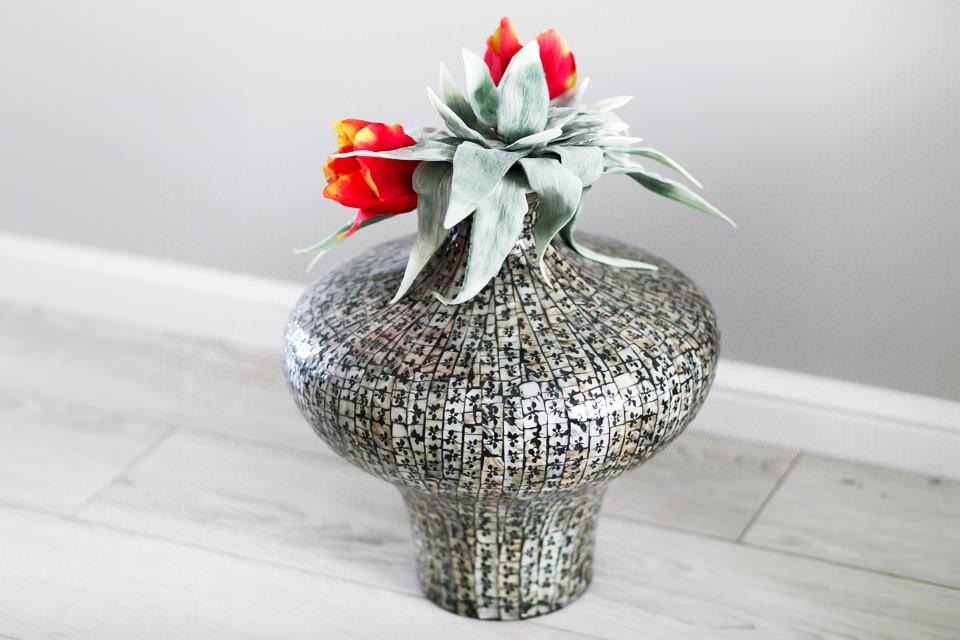 Декоративная ваза с цветами