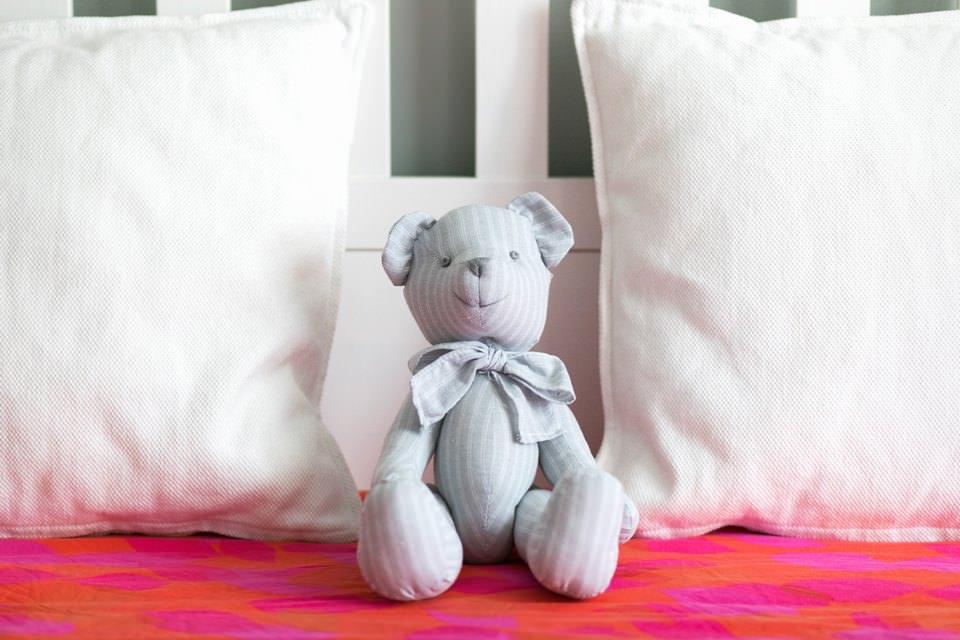 Мягкая игрушка на кровати
