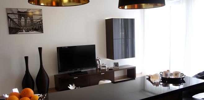 Столовая в гостиной современной квартиры-студии