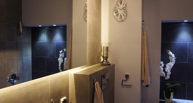 Орхидея в ванной современной квартиры-студии