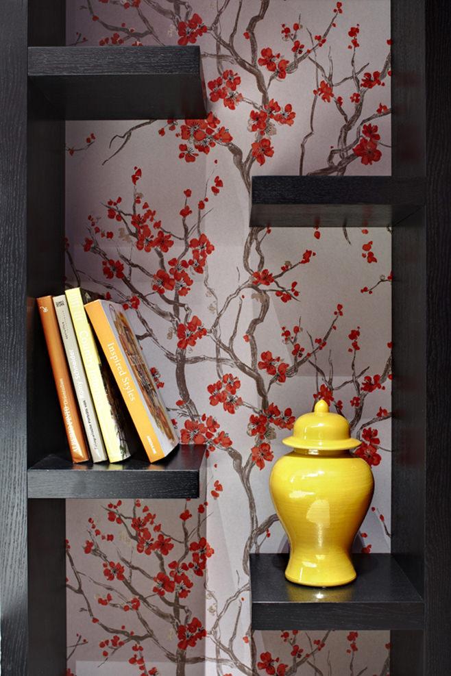 Книжные полки в спальне в стиле фьюжн