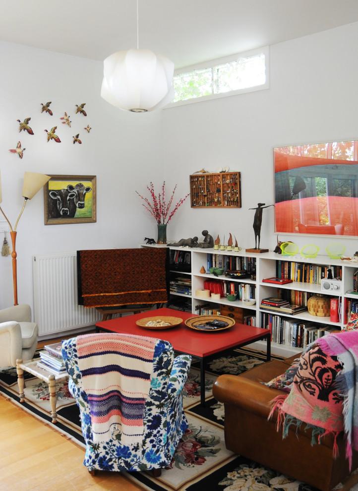 Открытый стеллаж в маленькой гостиной