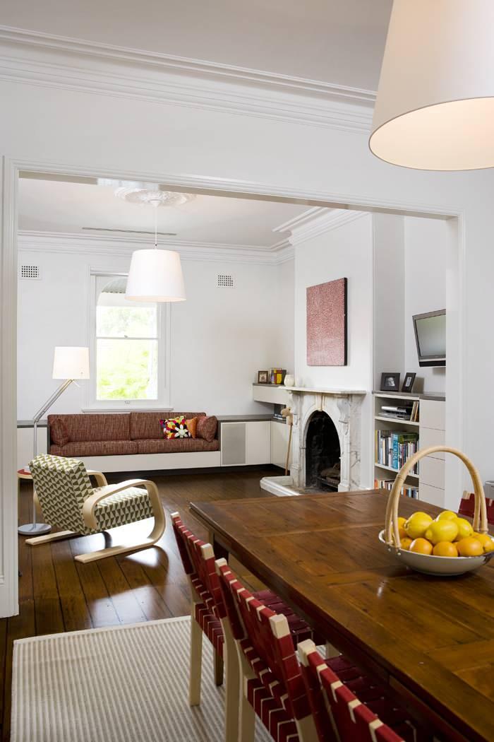 Встроенная мебель в маленькой гостиной