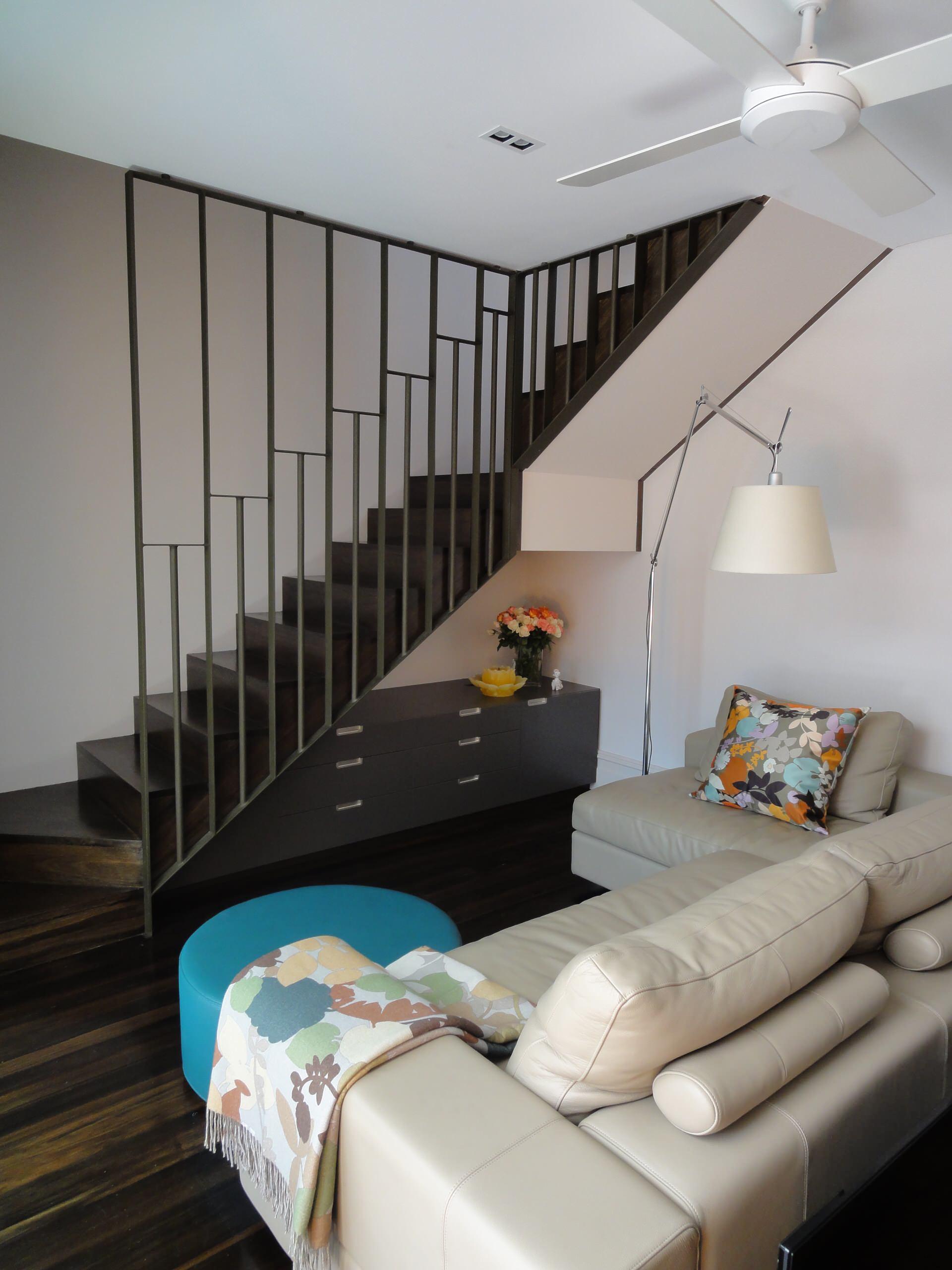 Маленькая гостиная под лестницей