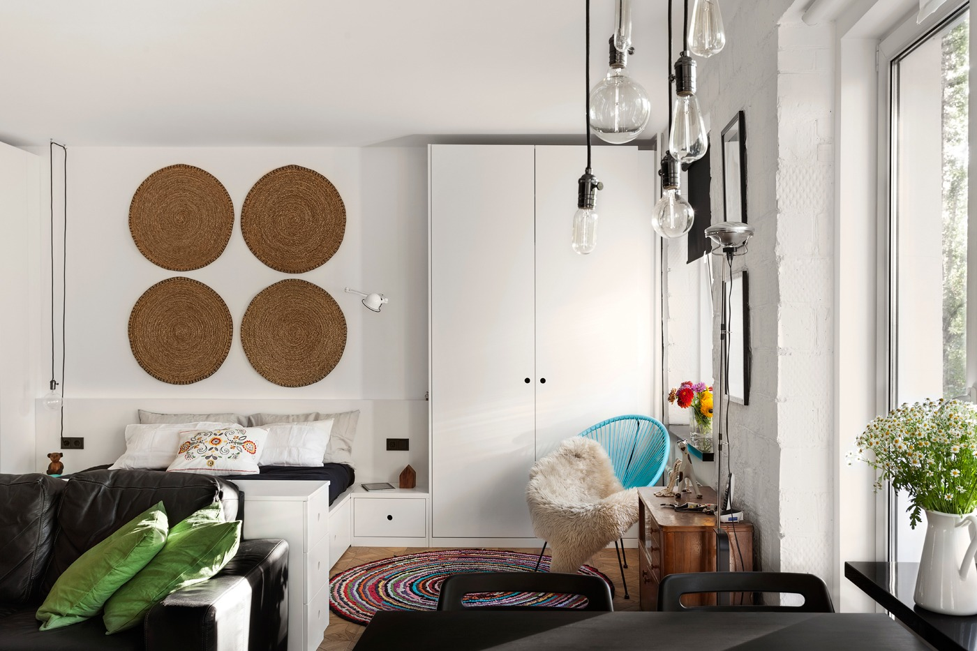 Оформление маленькой квартиры студии в чёрно-белом цвете - фото 3