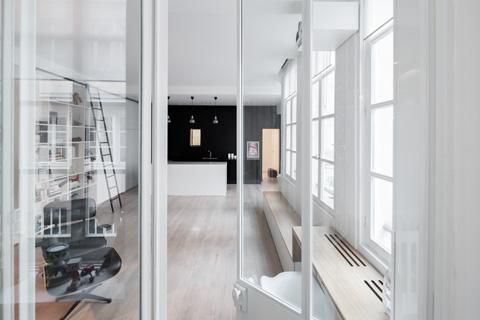 Прозрачные перегородки в оформлении маленькой квартиры