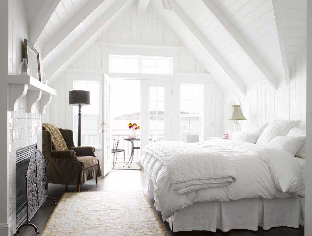 Идея оформления маленькой спальни в мансардном этаже