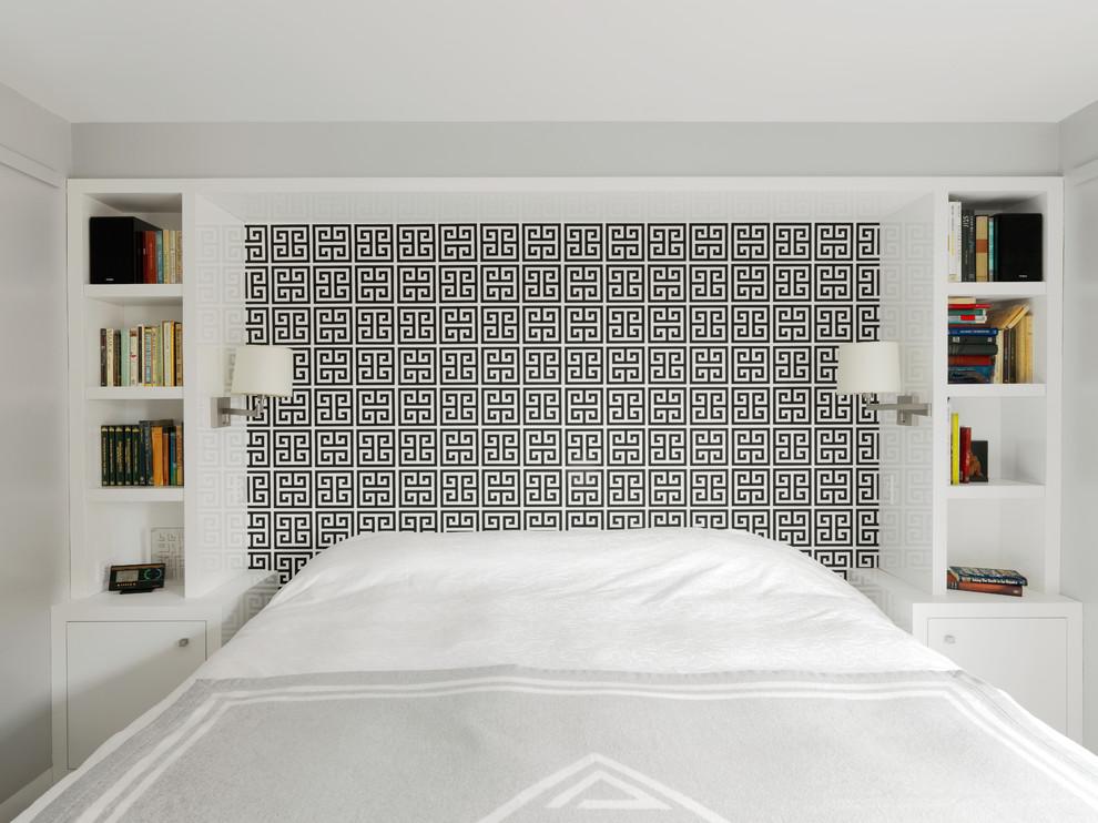 Спальня в белых тонах с черным узором у изголовья кровати