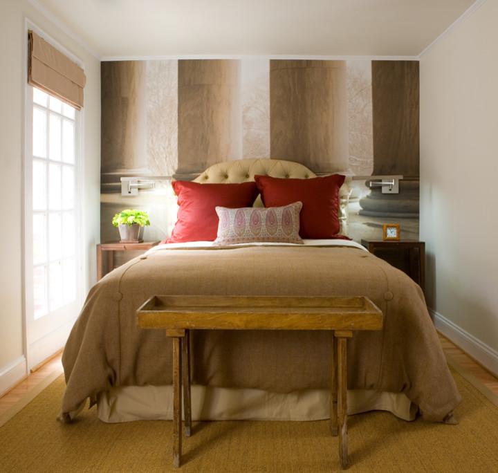Изображения колонн на стене у изголовья кровати