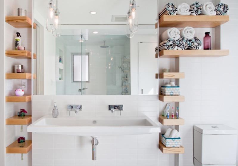 Открытые полки в маленькой ванной