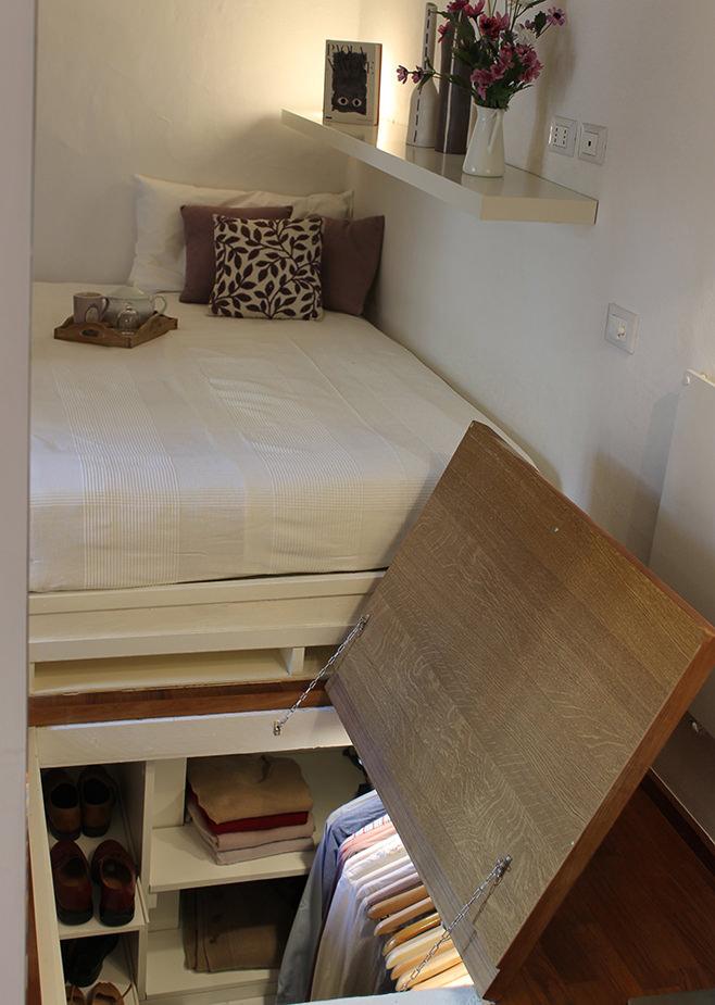 Гардеробная небольшой квартиры-студии в Милане