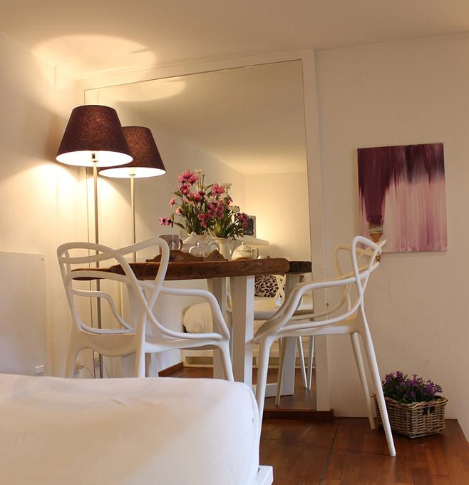 Столовая небольшой квартиры-студии в Милане